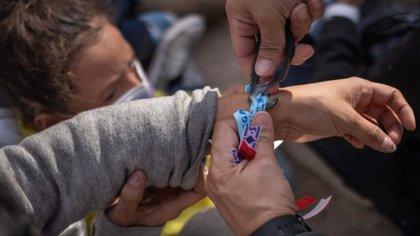 Con pulseras de colores: así controla el Cártel del Golfo el tráfico de migrantes en la frontera con Texas