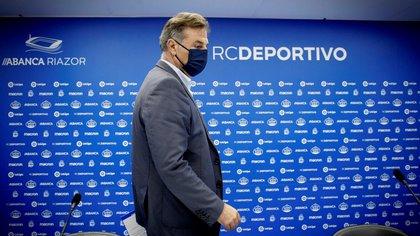 El presidente del Deportivo, Fernando Vidal, acompañado por parte del consejo de Administración del club coruñés, durante la rueda de prensa que han celebrado este martes. EFE/CABALAR