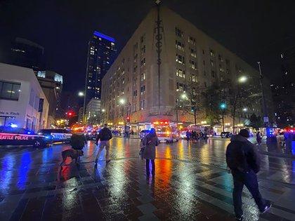 Un hombre armado abrió fuego en el centro de Seattle el miércoles por la noche, matando al menos a una persona e hiriendo a otras. (Suzanne Asprea via AP)