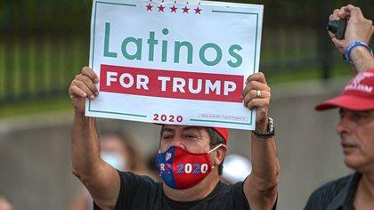 """Una hombre sostiene una pancarta de """"Latinos for Trump"""" este, martes 27 de octubre, durante el mitin de Ivanka Trump, hija y asesora del presidente y candidato republicano a la presidencia de Estados Unidos en Miami, Florida. EFE/Giorgio Viera"""