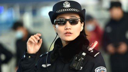 Una agente de policía china utilizando los nuevos lentes con tecnología de reconocimiento facial
