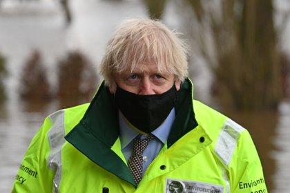 El primer ministro británico, Boris Johnson, visitó Withington, en Manchester, mientras la tormenta Christoph provocaba fuertes lluvias e inundaciones en todo el país el 21 de enero de 2021. Paul Ellis/Pool vía REUTERS