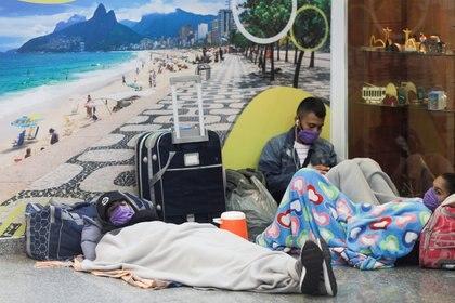 Pasajeros varados en el aeropuerto de Río de Janeiro. REUTERS/Ricardo Moraes