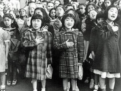 Ciudadanos de descendencia japonesa son vacunados y registrados para ser deportados hacia un centro de la War Relocation Authority (San Francisco, California, abril de 1942)