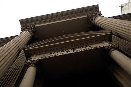 El BCRA debe sacrificar reservas líquidas para limitar el ascenso del dólar oficial. (Reuters)