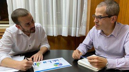 El secretario de Finanzas Diego Bastourre junto al subsecretario Ramiro Tosi destacaron la pesificación de la deuda en dólares y la recuperación de la curva de endeudamiento en moneda local.