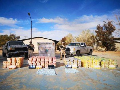 La droga estaba en camionetas abandonadas por delincuentes (Foto: Sedena)