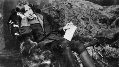Oscar Wilde se paseaba por cafés, restaurantes y salones con desparpajo, deslumbrando con su ingenio, tratando siempre de llamar la atención.