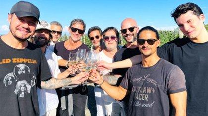 Tinelli, su hijo Francisco y su grupo de amigos en la ruta del vino
