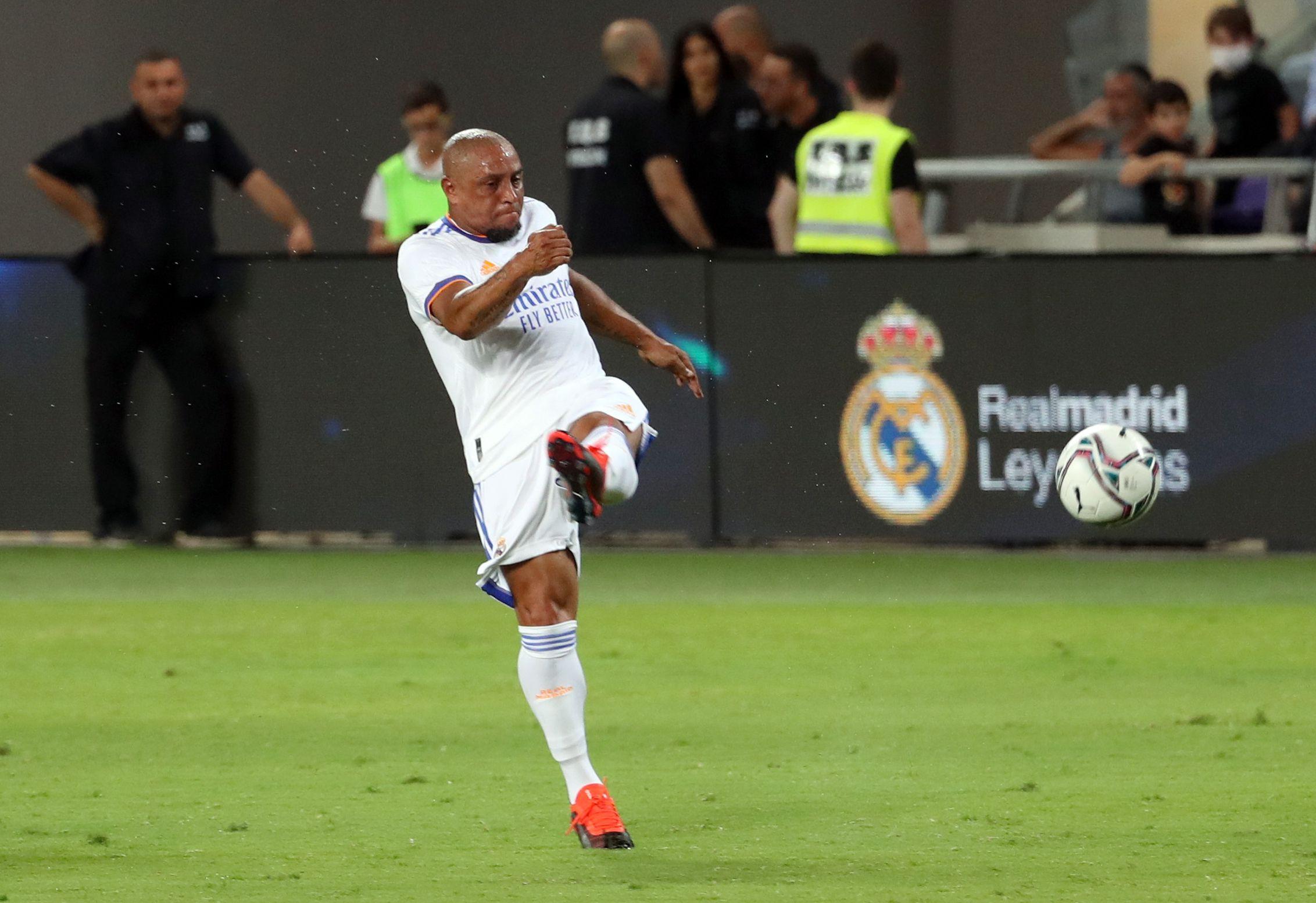 Roberto Carlos no exhibió la pegada de otros tiempos pero se animó a un par de tiros libres (REUTERS/Ronen Zvulun)