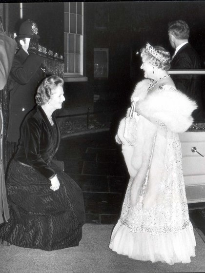 """La madre de Isabel II, la Reina Madre, fue desde el primer momento de la elección de Thatcher """"una fanática apasionada"""" de la primera ministra. (James Gray/Daily Mail/Shutterstock)"""