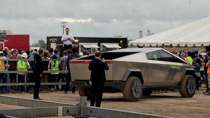 Los empleados de la fábrica fueron sorprendidos por la visita inesperada de Elon Musk y su Cybertruck.