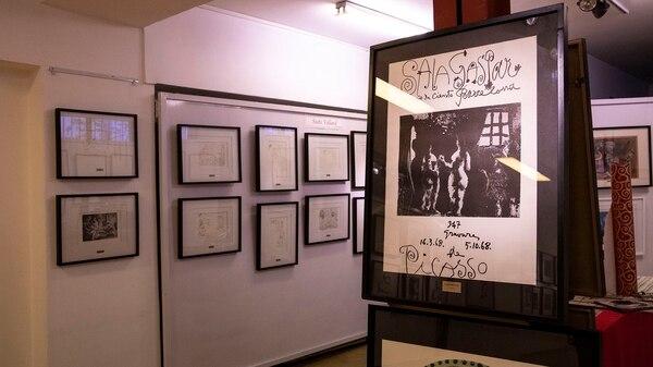 """Un cartel de Picasso del año 68, detrás la serie """"Suite Vollard"""" (Foto: Lihue Althabe)"""