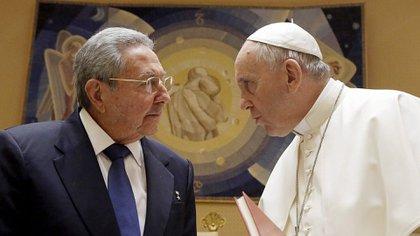 El papa Francisco tuvo una buena relación con Raúl Castroy participó en las negociaciones por el descongelamiento de los vínculos entre Cuba y los EEUU.