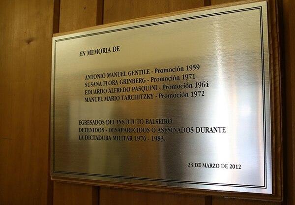 La placa conmemorativa en el Centro Atómico de Bariloche