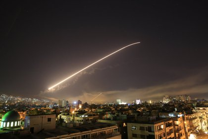 Momento en que un misil cruza el cielo de Damasco