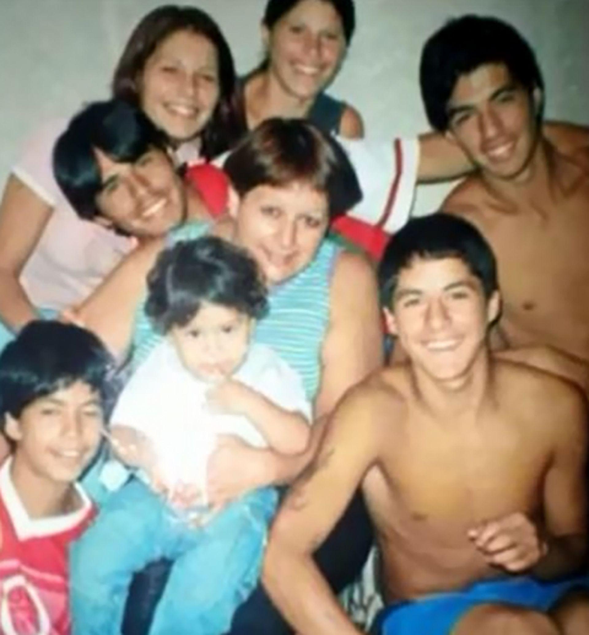 Luis Suárez junto a sus seis hermanos
