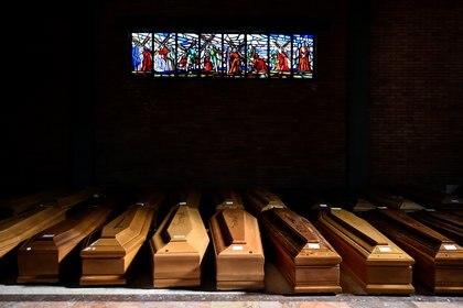 Ataúdes de personas que murieron por Covid-19 en el cementerio de Serravalle Scrivia, en la provincia de Alessandria (REUTERS/Flavio Lo Scalzo)