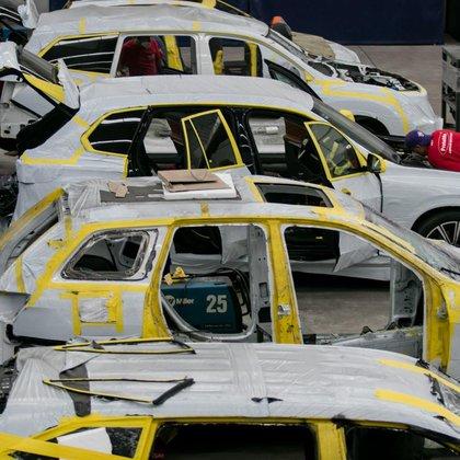 """El costo por unidad corre desde los 35 mil dólares y consiste en la desmantelación y reconstrucción total del vehículo a manera de """"sandwich"""" donde una placa de acero balístico y tela de Kevlar ocupan el espacio entre el esqueleto y la tapicería (Foto: Cuartoscuro)"""
