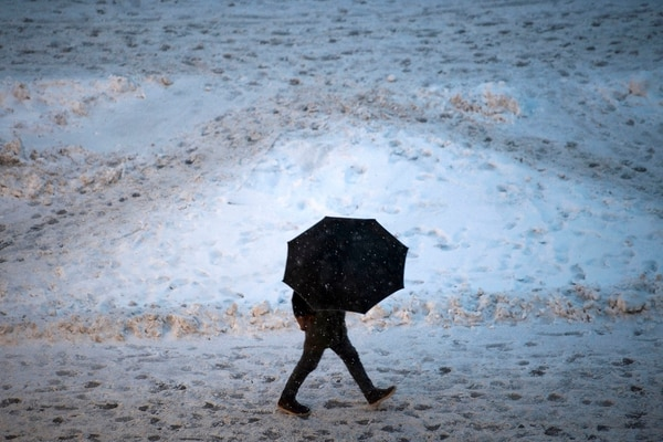 Una persona camina en medio del frío en Pristina, Serbia