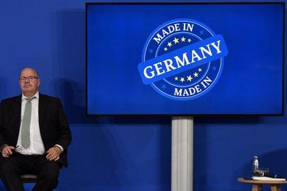 """El Ministro de Economía alemán Peter Altmaier se sienta con el logotipo de """"Made in Germany"""" durante una conferencia de prensa, el 24 de junio de 2020 (John Macdougall/Pool vía REUTERS/Foto de archivo)"""