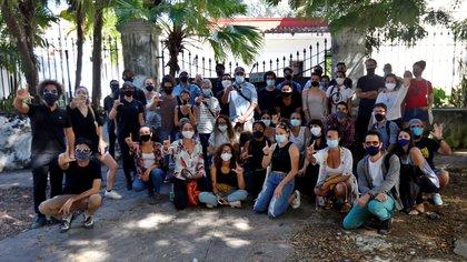 En noviembre de 2020 decenas de jóvenes artistas e intelectuales se manifestaron frente al Ministerio de Cultura cubano en apoyo a 14 opositores desalojados (EFE/ Ernesto Mastrascusa)