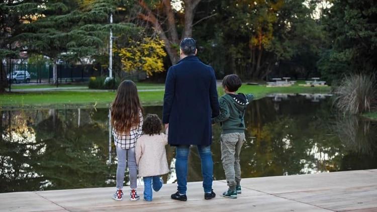 El domingo Menéndez estuvo con sus hijos en el parque y supervisó los últimos detalles de las obras