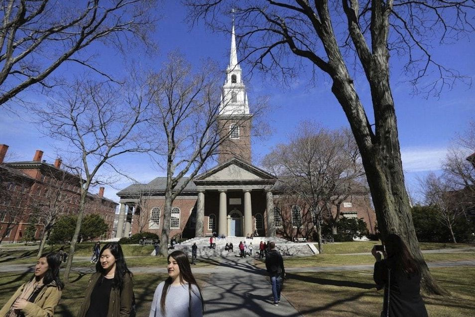 Estudiantes caminando por los alrededores de la Memorial Church en la Universidad de Harvard (Foto: AP)