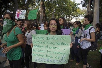 En el 2018 el debate en Argentina llevo a que la revolución de las hijas tomara como bandera el aborto legal (y el pañuelo verde) a toda América Latina. La foto es de una marcha en Guadalajara, Jalisco, el 28 de septiembre del 2018.  La movilización se realizó del Parque Morelos hasta la explanada de la calle Escorza. FOTO: FERNANDO CARRANZA GARCIA /CUARTOSCURO.COM