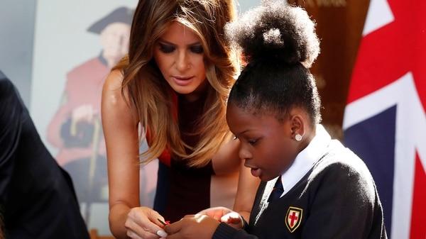 Melania Trump junto a una niña en el Royal Hospital Chelsea (Reuters)