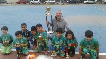 Japo es entrenador en una escuelita de fútbol para chicos en el club Marmol Norte (Facebook)