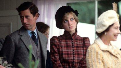 Lady Di junto con el príncipe Carlos y la reina Isabel (Shutterstock)