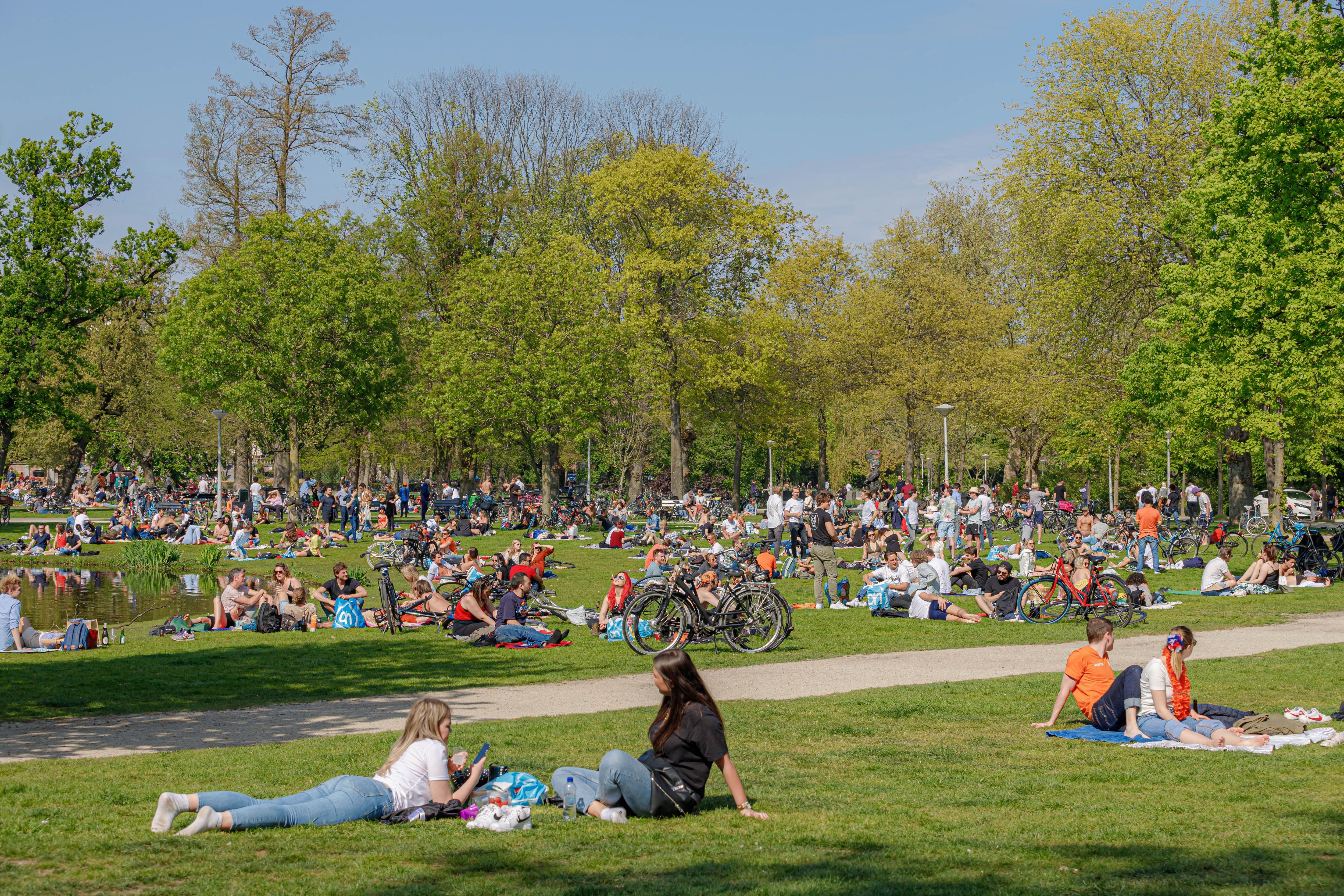 gente en plazas en Suecia