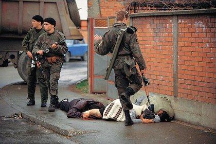 Esta foto de Ron Haviv fue tomada en Bosnia, en 1992. Un soldado serbio patea a una mujer musulmana que acaba de ser asesinada. La foto fue considerada como una de las más influyentes de la historia.