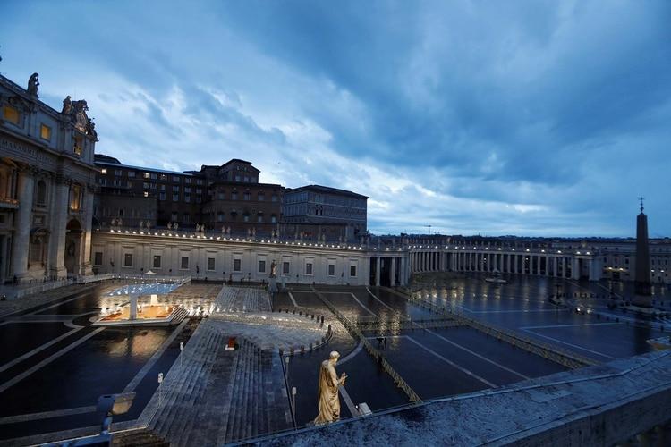 La Plaza de San Pedro completamente vacía durante la bendición del Papa (REUTERS/Yara Nardi/Pool)