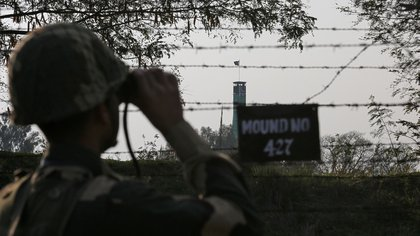 Un soldado de la Fuerza de Seguridad Fronteriza de la India vigila a lo largo de la frontera cercada con Pakistán el 26 de febrero de 2019 (REUTERS/Mukesh Gupta)