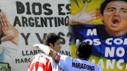 Juan Román Riquelme y Diego Armando Maradona, en la despedida de Pelusa en la Bombonera