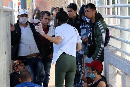 Ciudadanos paraguayos intentan cruzar el Puente de la Amistad (Reuters/archivo)