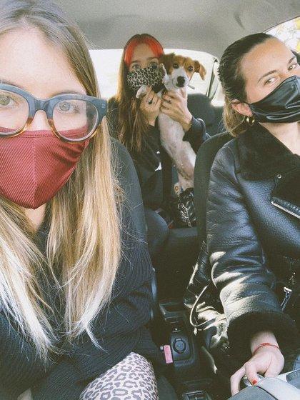 Chari (Rosario), Luli y Mica, las fundadoras y creadoras de The Vintage Hole en plena pandemia repartiendo los envíos de la web