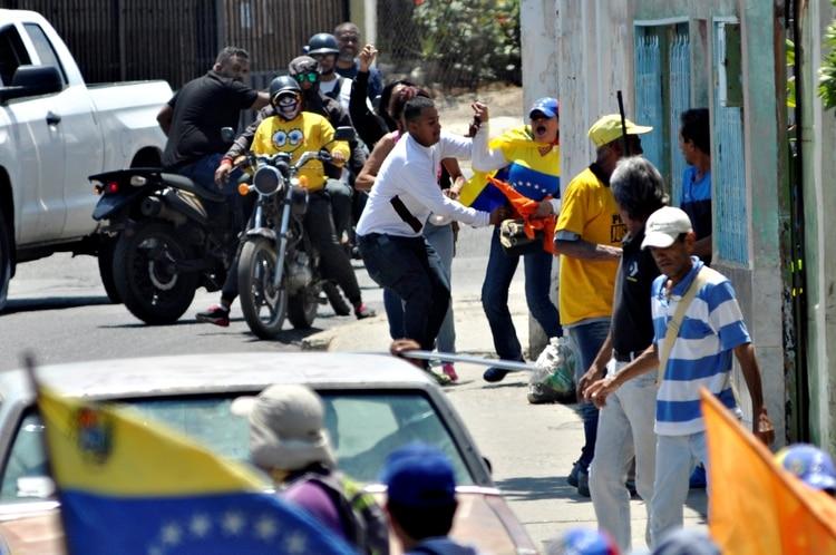 El asedio de los colectivos chavistas contra los seguidores de Guaidó en Barquisimeto dejó al menos cinco heridos (REUTERS/Juan Calero)