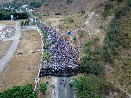 Soldados y policías guatemaltecos forman una barricada humana para detener a los migrantes hondureños que caminan por una carretera, el 17 de enero del 2021, en Chiquimula (Guatemala). EFE/ Esteban Biba