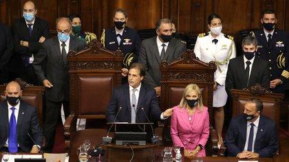 El presidente de Uruguay, Luis Lacalle Pou, ofrece un discurso en el Parlamento, acompañado de todo el equipo de Gobierno, en el que hace un balance del 2020 y adelanta perspectivas sobre el 2021 (EFE/Raúl Martínez)
