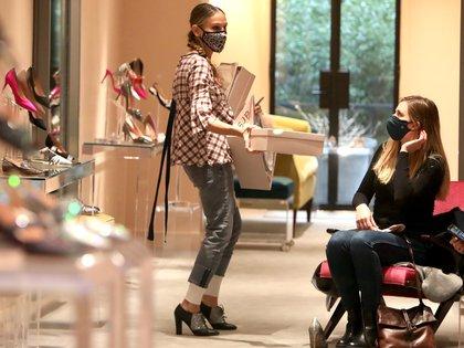 Sarah Jessica Parker celebró los siete años de su marca de zapatos y estuvo en su local en Manhattan atendiendo a los clientes