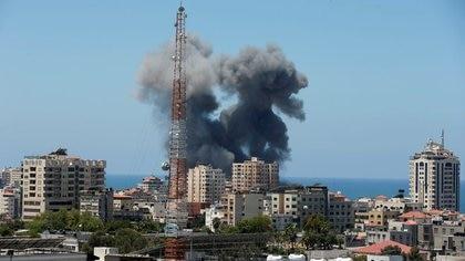 Una columna de humo en la ciudad de Gaza el 13 de mayo de 2021 por un ataque aéreo israelí (REUTERS/Suhaib Salem)