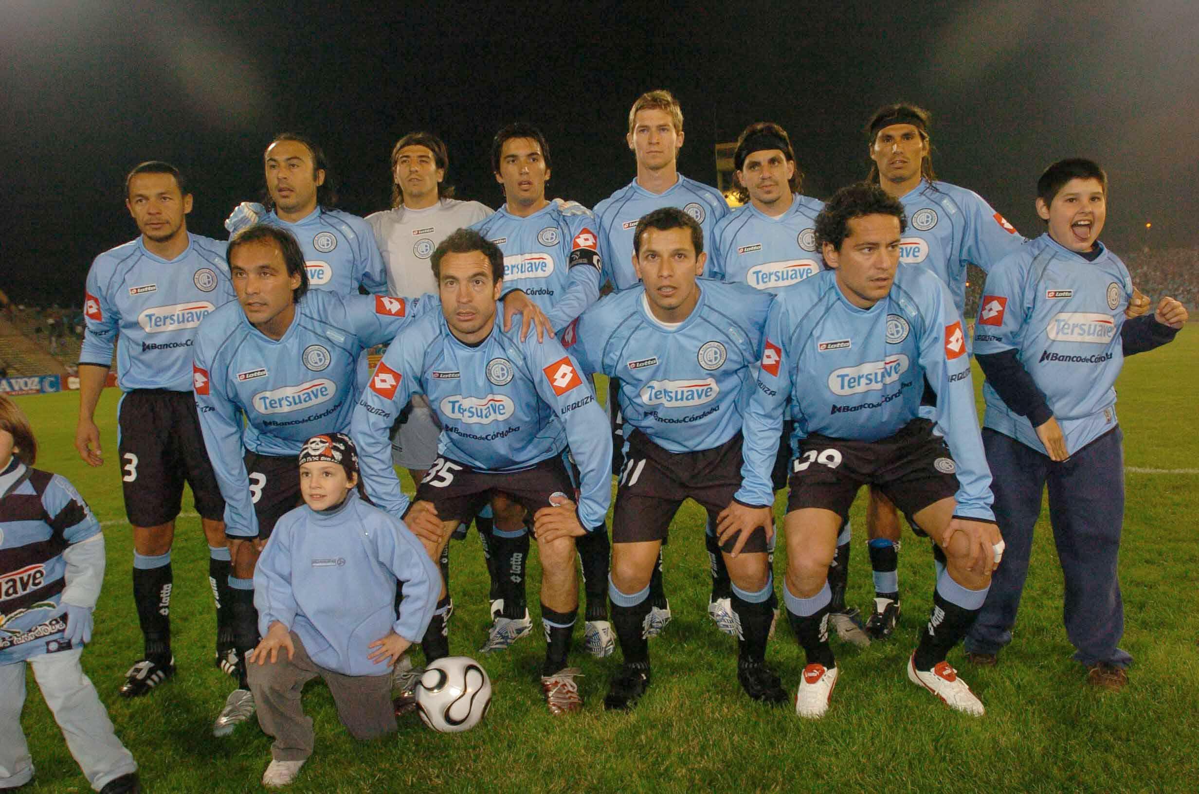 Rojas (arriba en la punta izquierda) durante su última etapa como jugador de Belgrano en 2006 (Foto Baires)
