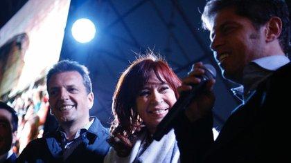 Sergio Massa, Cristina Kirchner y Axel Kicillof durante el cierre del acto en Malvinas Argentinas