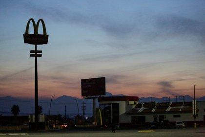 A McDonald's restaurant is seen without power during a blackout in Ciudad Juárez (Photo: José Luis González / Reuters)