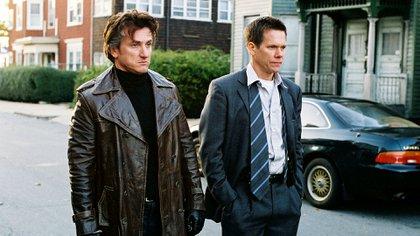 Sean Penn y Kevin Bacon en Río místico, dirigido por Clint Eastwood (Foto: Warner Bros/Kobal/Shutterstock)