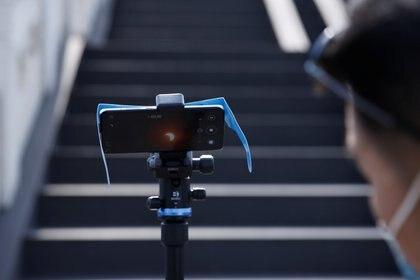 El eclipse se lo puede observar, fotografiar y grabar desde un teléfono o cámara - REUTERS/Tingshu Wang