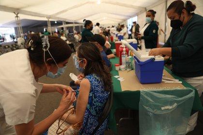 """""""El esquema completo de vacunación evita 98% el riesgo de enfermedad grave"""", detalló la dependencia (Foto: EFE/Sáshenka Gutiérrez/Archivo)"""